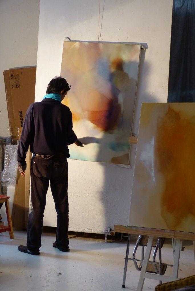 Frédéric Belaubre en train de peindre dans son atelier
