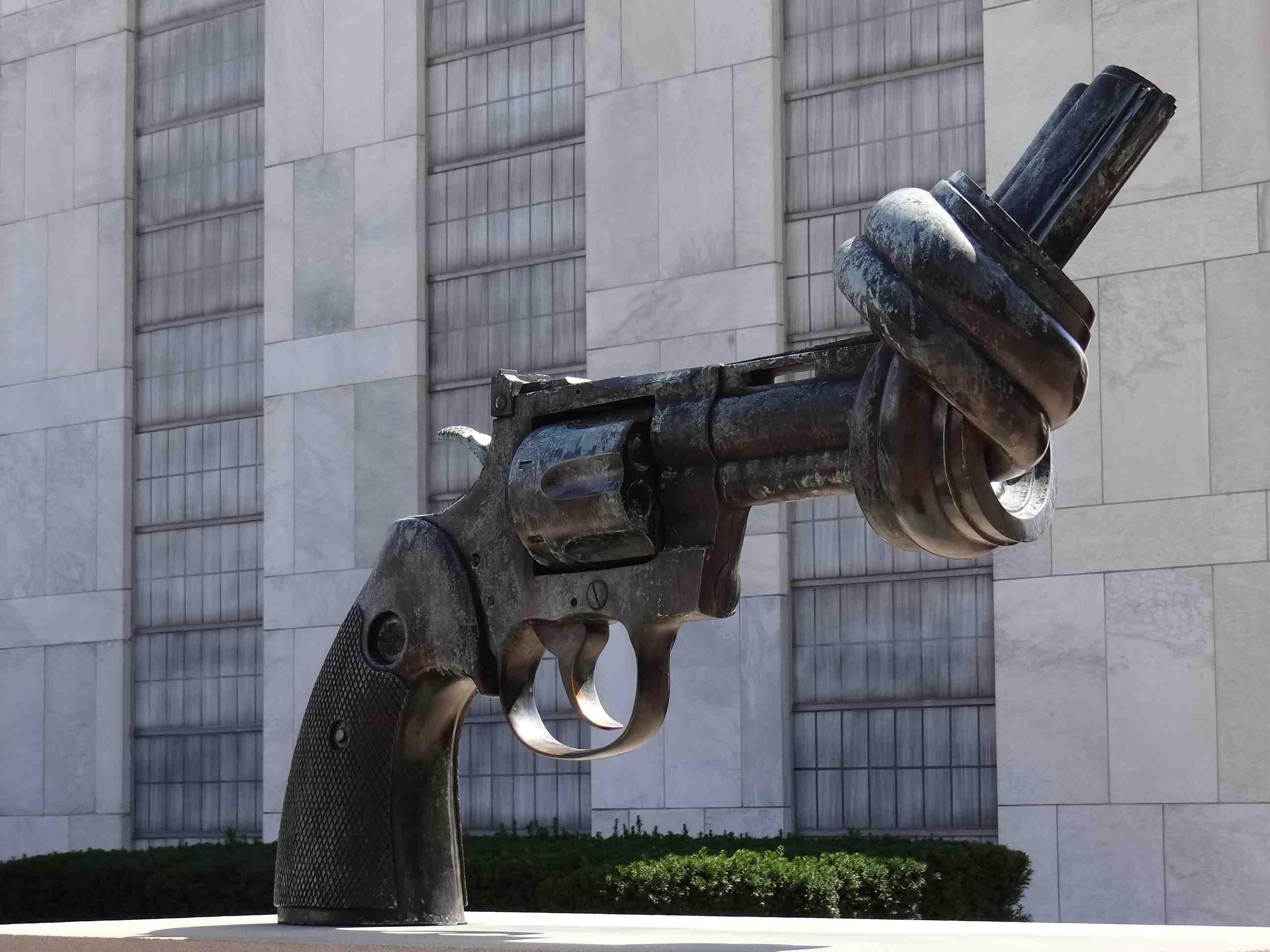 Le revolver noué- Reuterswärd- depuis le blog de l'étendard