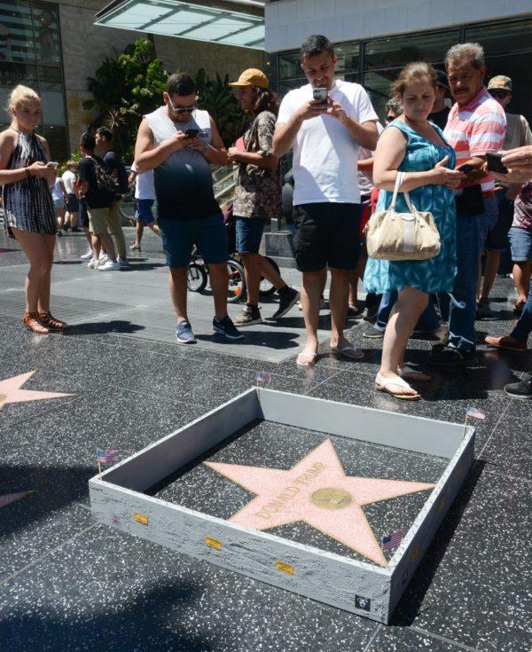 Le mur construit autour de l'étoile de Donald Trump par Plastic Jesus