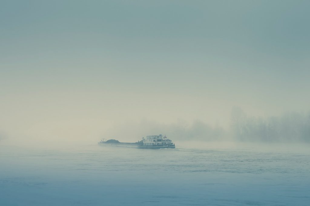 Péniche dans la brume