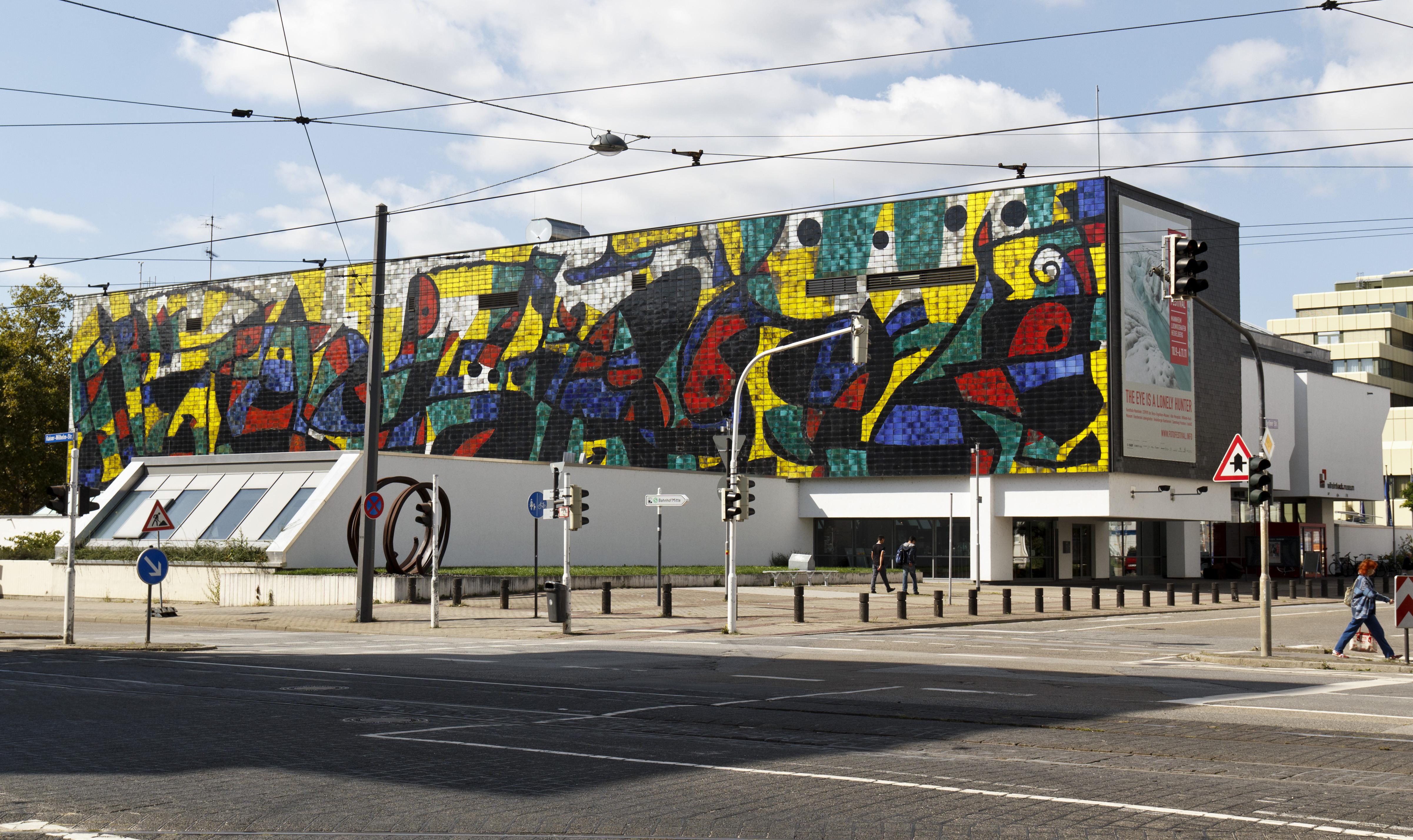 Joan Miró, Mur de céramique (Wilhelm-Hack-Museum, Ludwigshafen, 1979) / By Rudolf Stricker via Wikimedia Commons