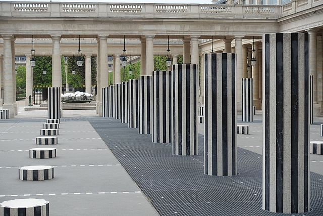 Les colonnes de Daniel Buren, 1984, au Palais Royal de Paris / public domain via Wikimedia Commons