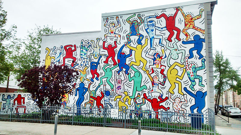 Keith Haring's mural « We Are The Youth » at 22nd and Ellsworth Streets in Philadelphia. It was completed in 1987 in collaboration with CityKids Foundation a New York based youth organization / public domain via Wikimedia Commons