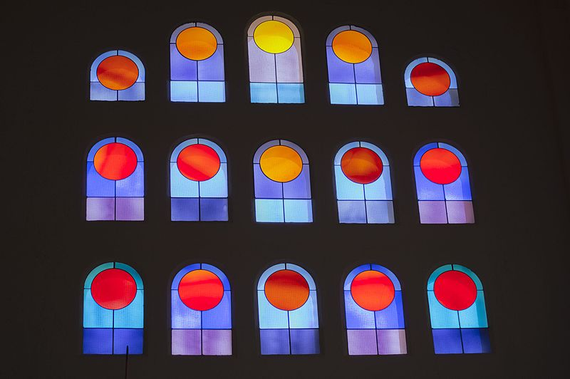 Vitrail de l'église Saint-François-d'Assise de Port-Grimaud par Victor Vasarely, 1977-1978 / Photo: Brigitte ALLIOT, public domain via Wikimedia Commons