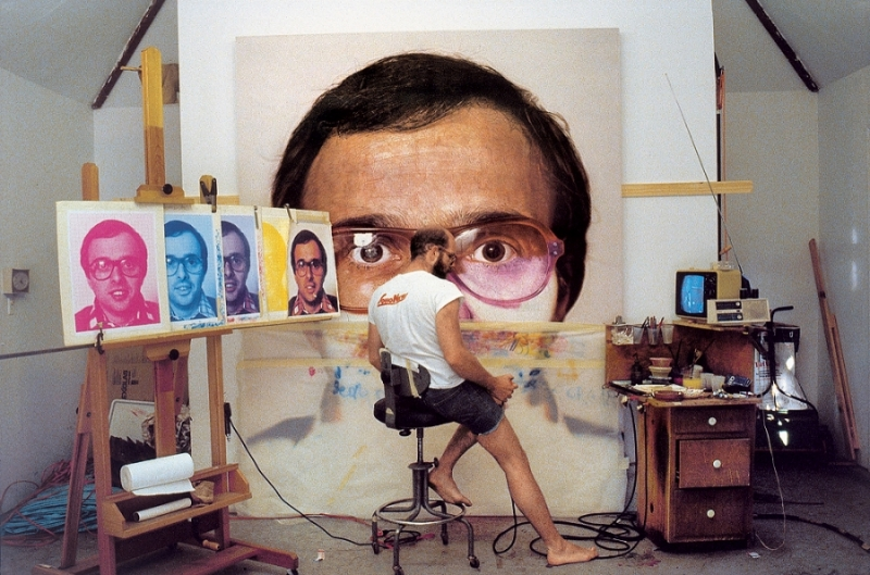 "Chuck Close peignant ""Mark"", 1978, Courtesy of Chuck Close and Pace Gallery, New York"