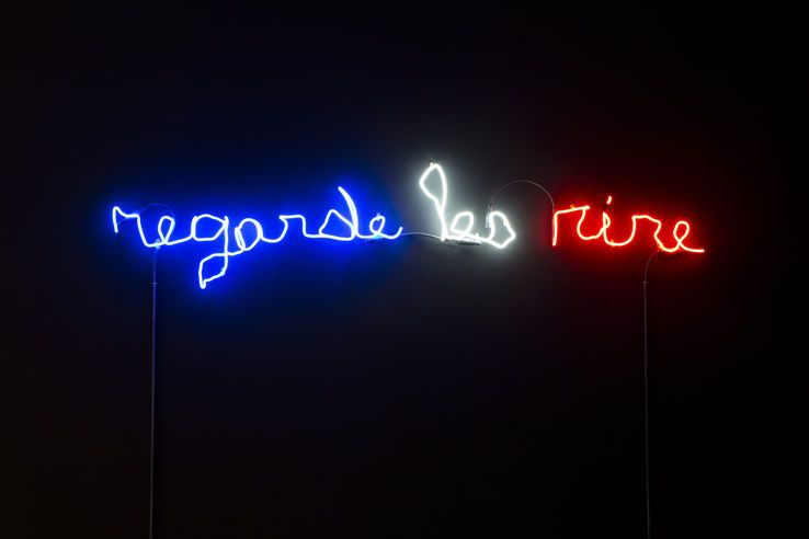 Regarde les rire, 2015 Néon bleu, blanc, rouge - Ecriture Romaric Etienne - Photo Julie Joubert• Crédits : © ADAGP Claude Lévêque. Courtesy the artist and kamel Mennour, Paris.