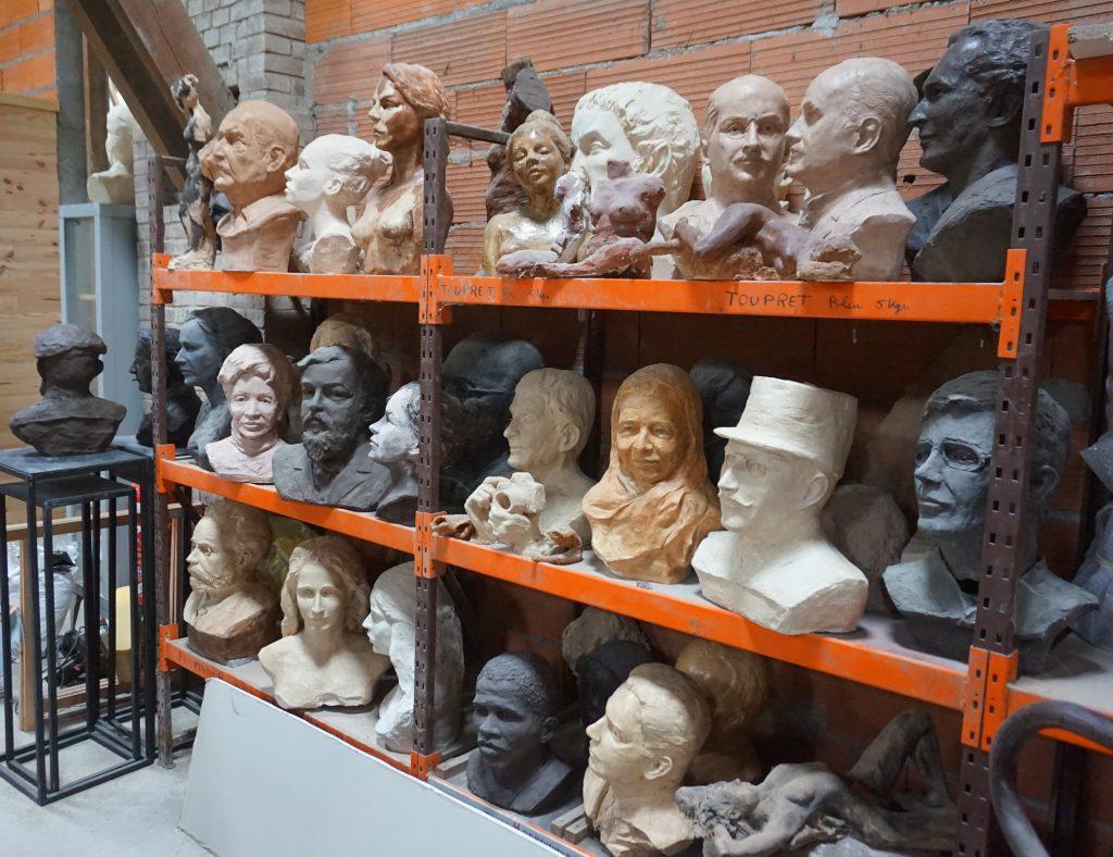 Bustes dans l'atelier de Gérard Lartigue