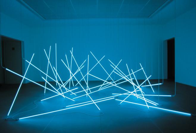 François Morellet, L'Avalanche, 1996 36 tubes de néon bleus, fils haute tension blancs Réinstallations, Centre Pompidou, 2011