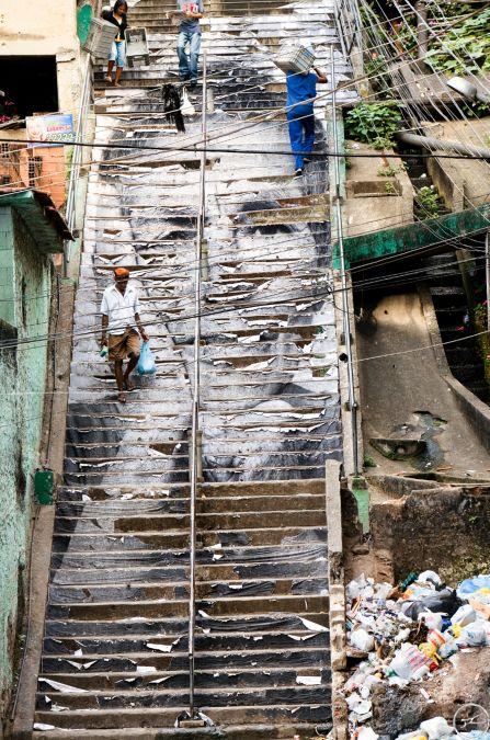 JR, 28 Millimètres, Women Are Heroes Action dans la Favela Morro da Providência, Escaliers, Quelques Jours Plus Tard, Rio de Janeiro, Brésil, 2008 / source : https://www.jr-art.net/