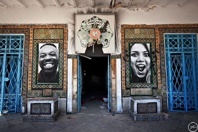JR, Projet Inside Out en Tunisie, Front Desk Police Station of La Goulette, 2011 / source : https://www.jr-art.net