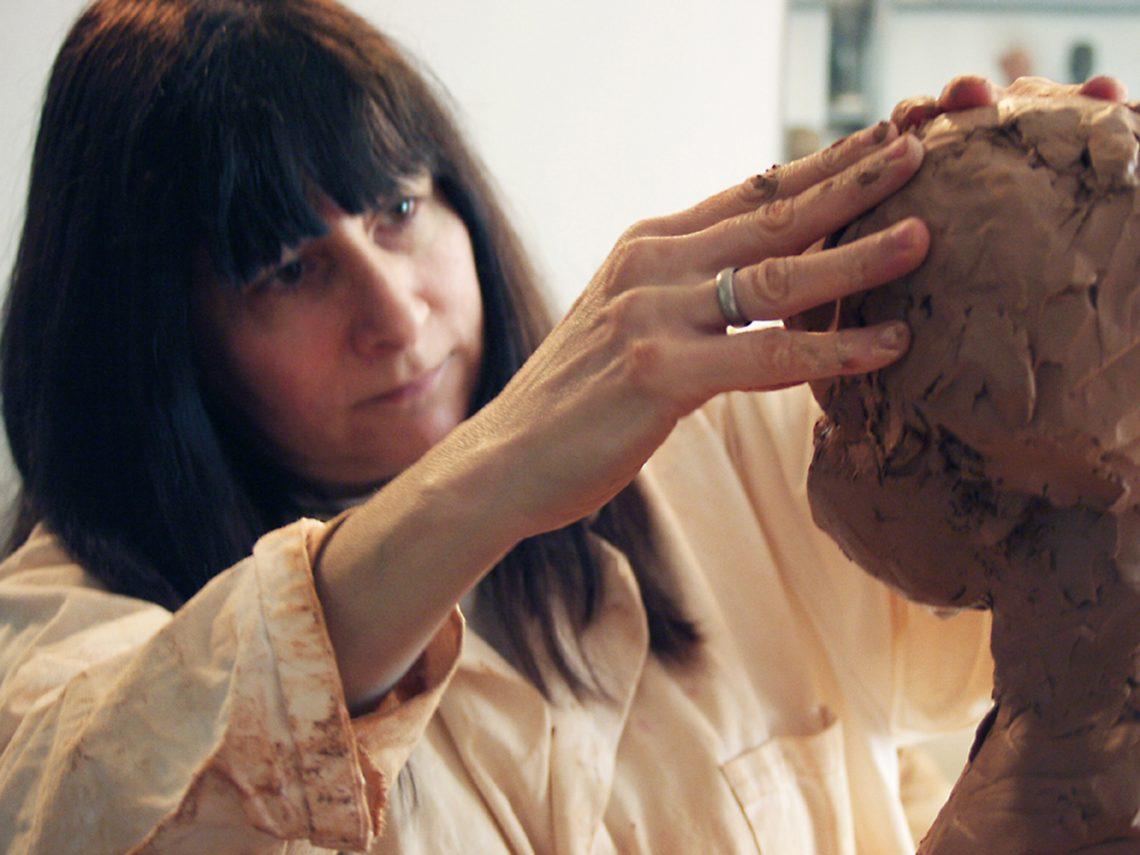 Artiste féminine Marie-Thérèse Tsalapatanis et sa sculpture
