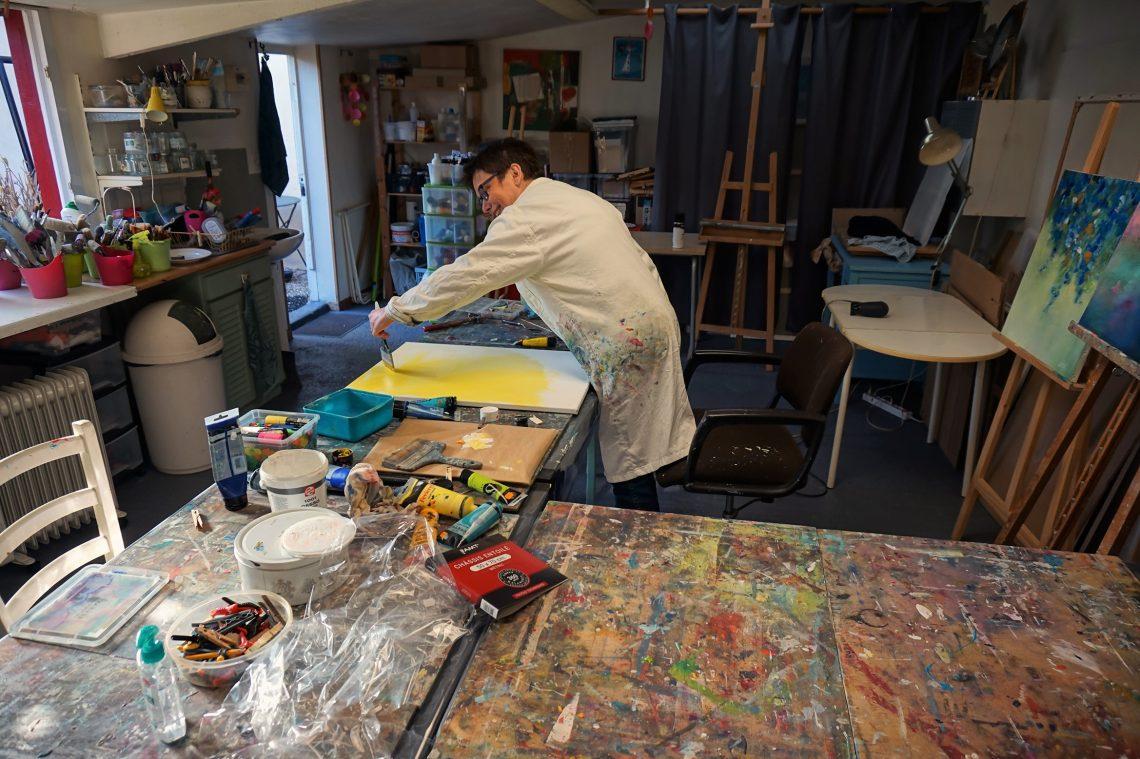 Artiste féminine Marianne Quizin dans son atelier