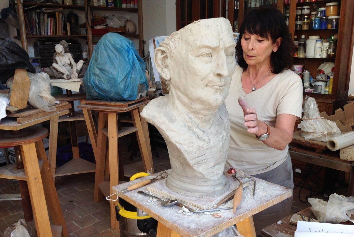 Artiste féminine Ybah et sa sculpture