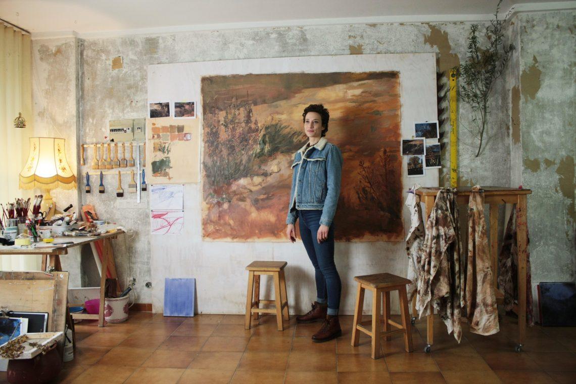 Artiste féminine Chloé Tiravy dans son atelier