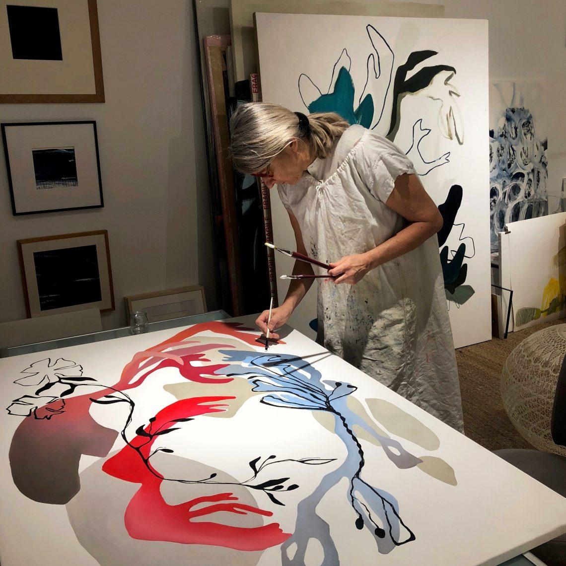 Artiste féminine Nathalie Leverger dans son atelier