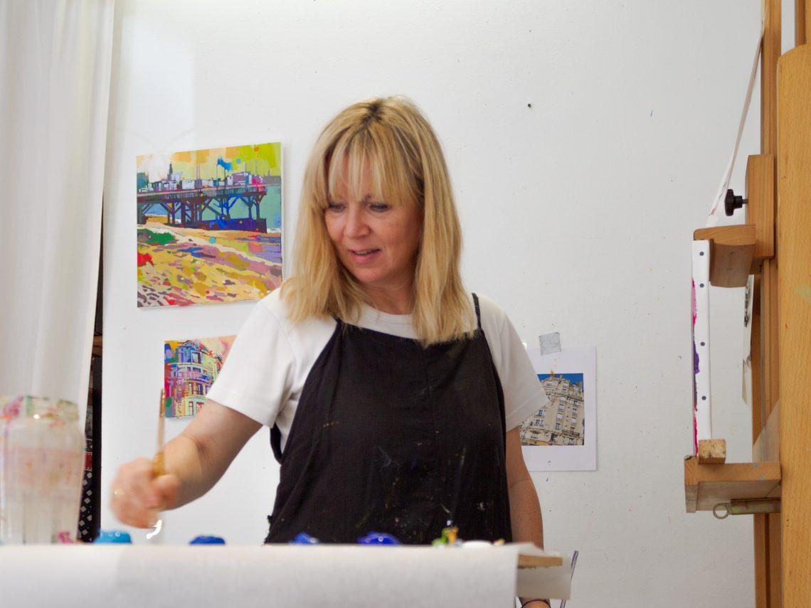 Artiste féminine Emmanuelle Lemetais dans son atelier